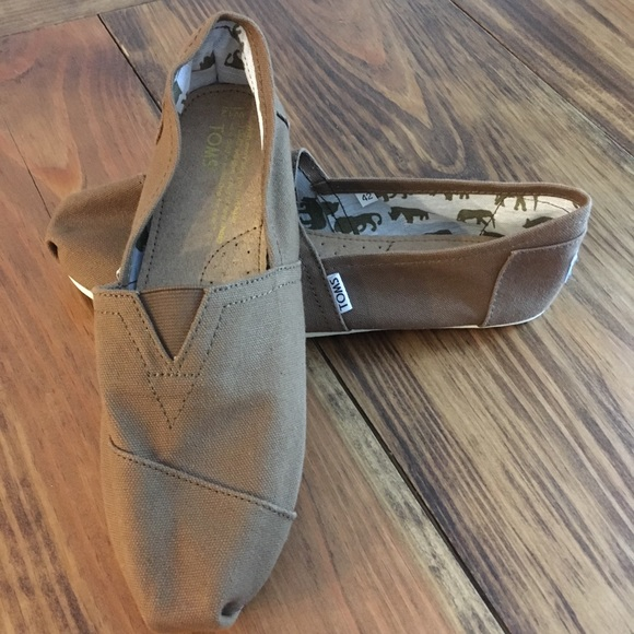 on sale 18e23 0517a NWOT Toms Brown Canvas Slip-on Flats Size W12 42